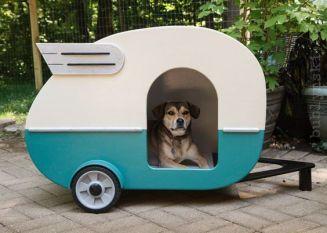 een caravan in de tuin